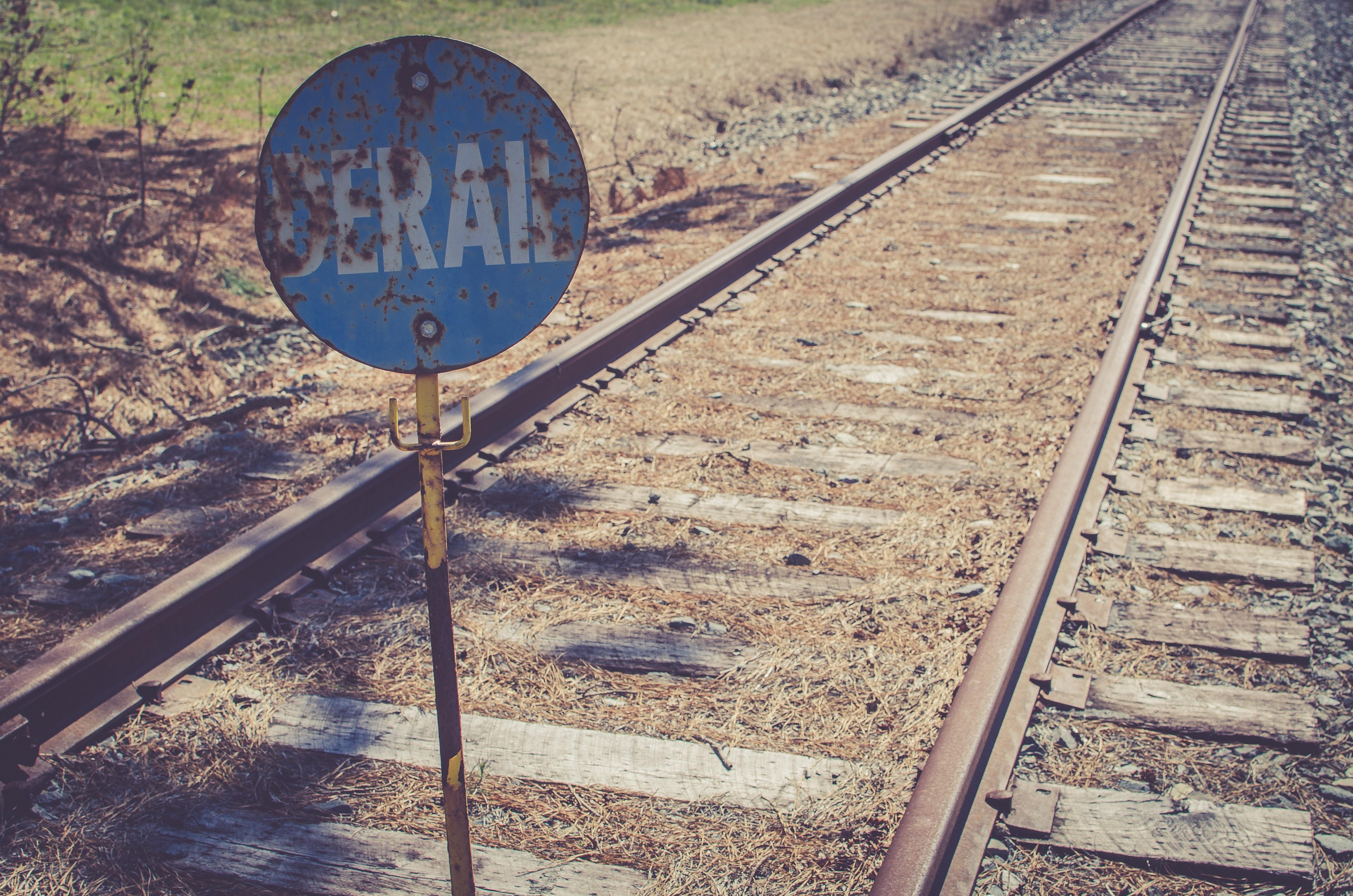 derail sign in railway