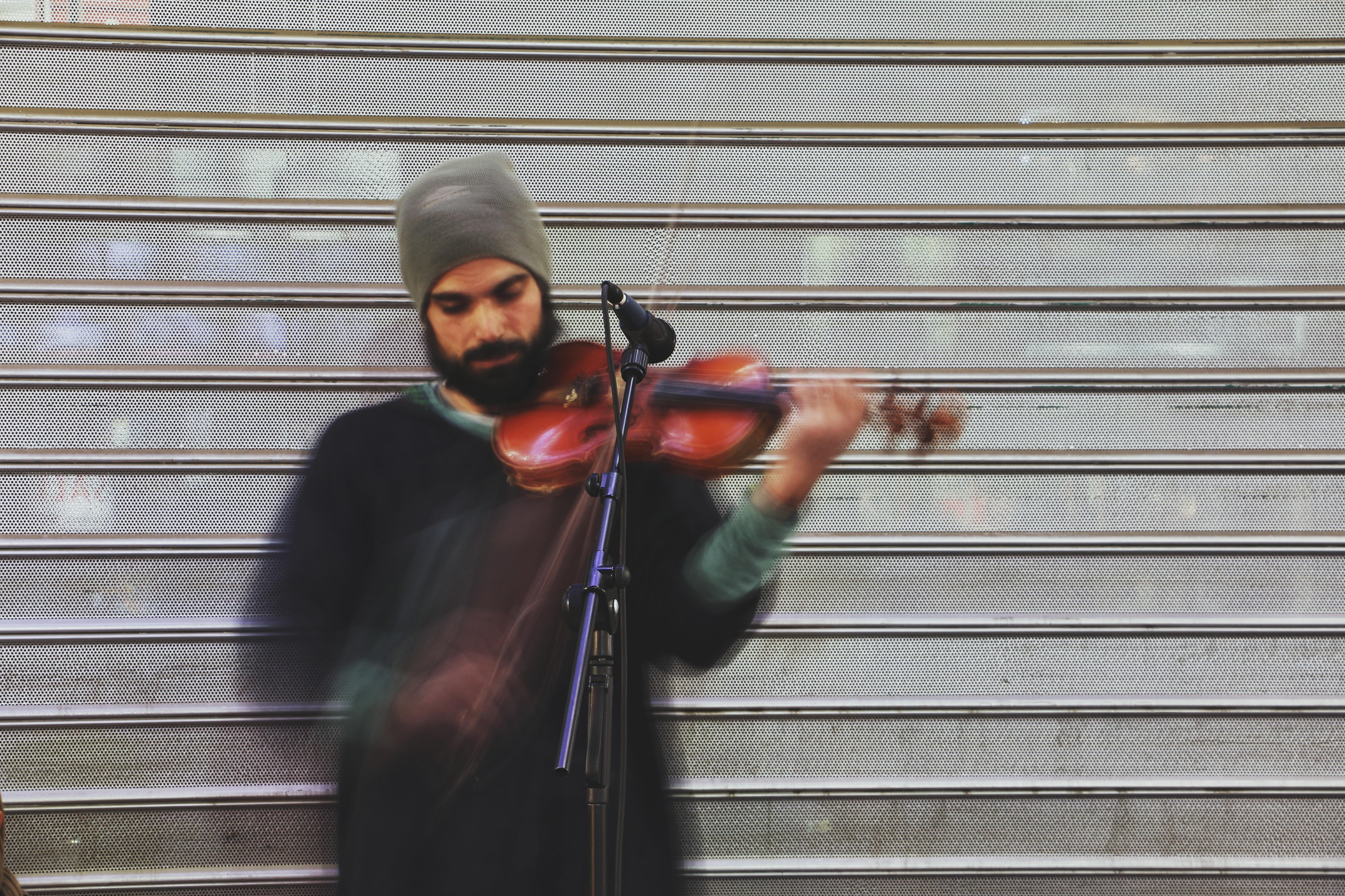 man playing violin during daytime