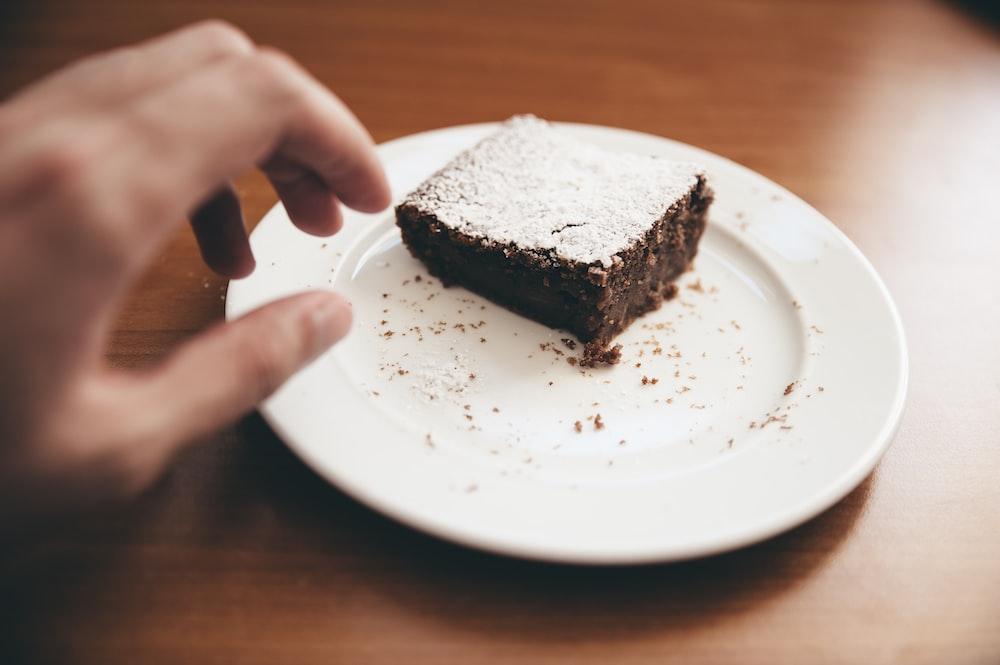 白いセラミックプレートにチョコレートケーキ