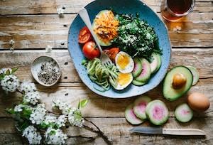 איך לאכול בריא גם כשנמצאים מחוץ לבית