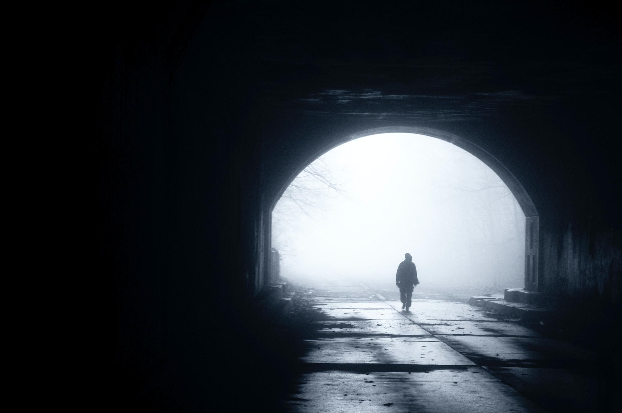 Person in halbdunklem Tunnel