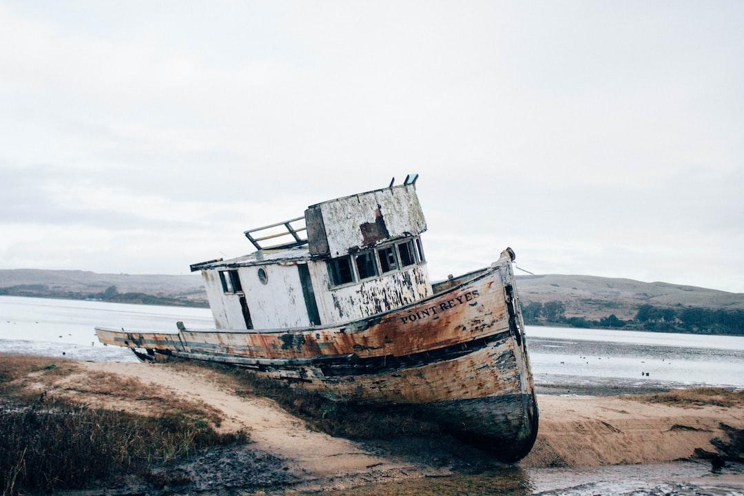 Крушение Белого и коричневого корабль на песок