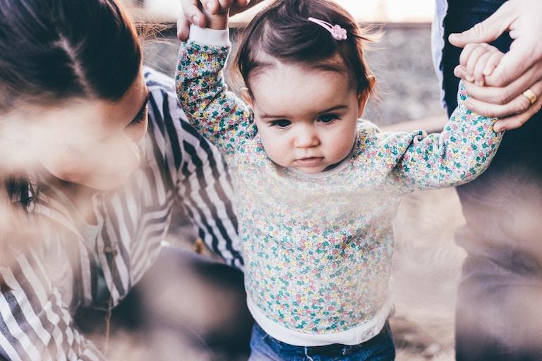 Laufen lernen: So unterstützt Du Dein Kind bei den ersten Schritten