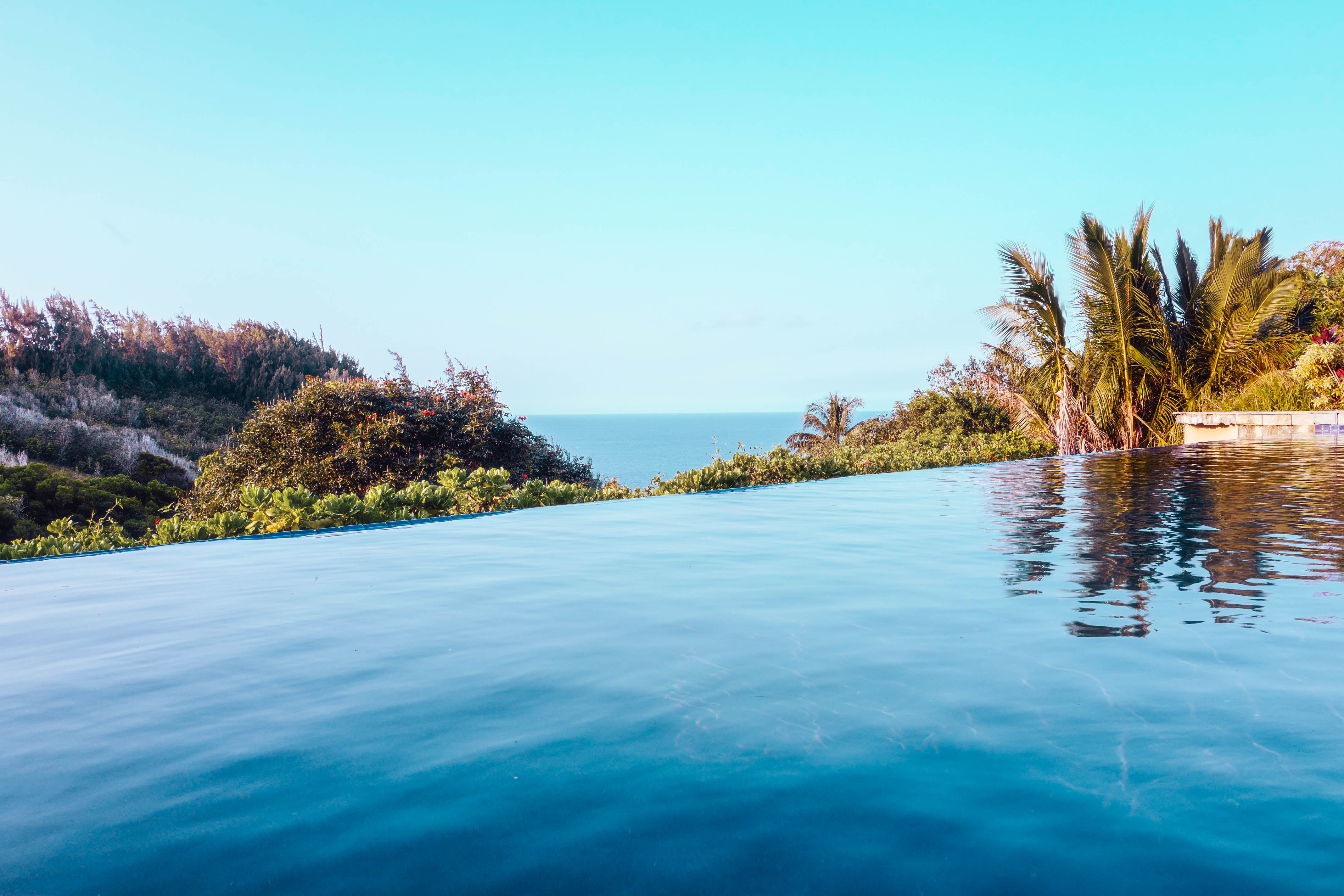 A pool in a tropical environment with a view on the vast ocean
