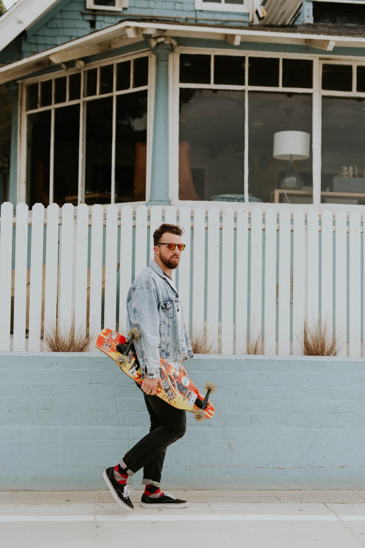 Фотосессия мужчины со скейтом