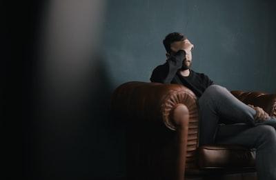 頭を抱え悩んでいる男性の画像検索結果