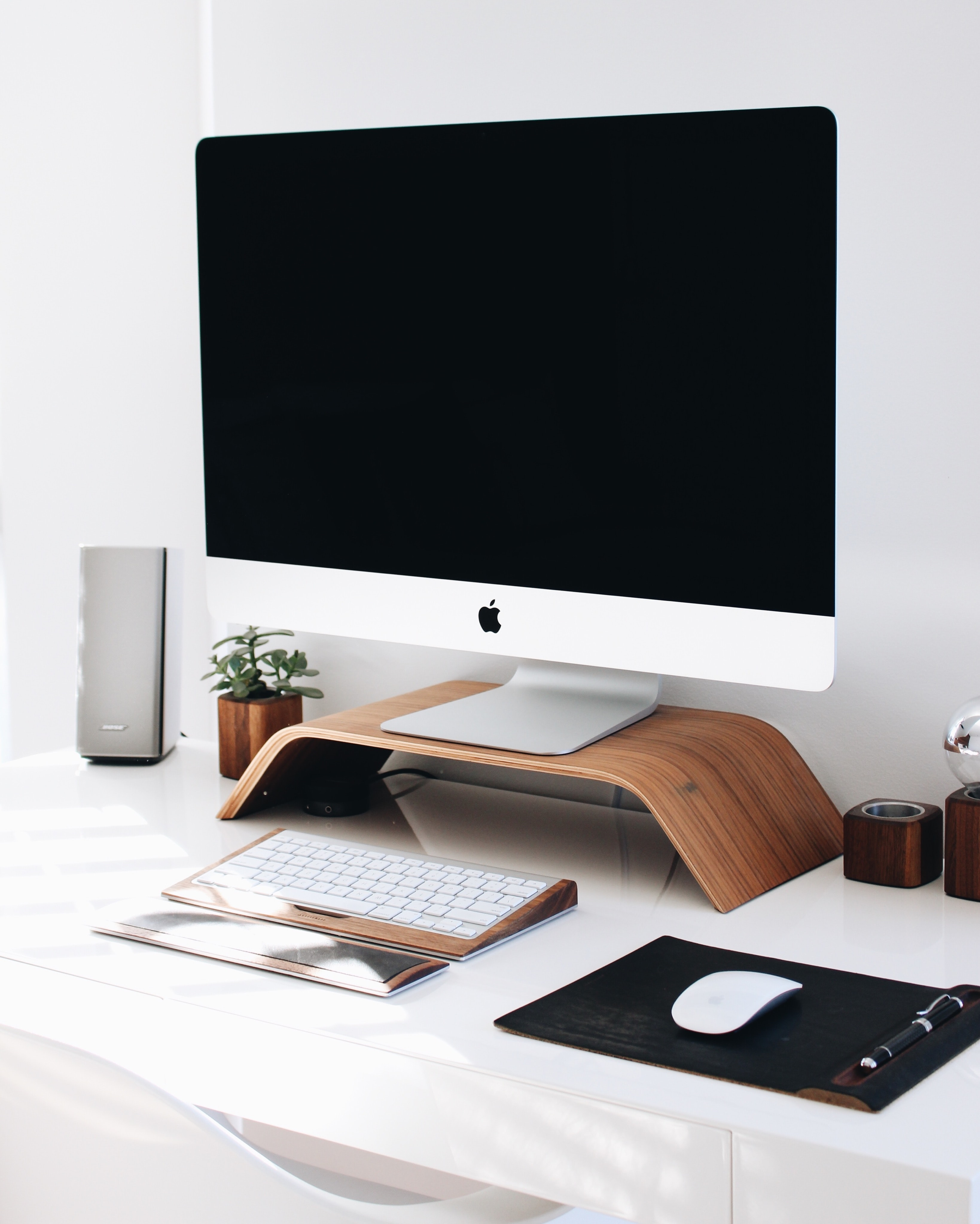 An iMac on a desk with elegant wooden decorations