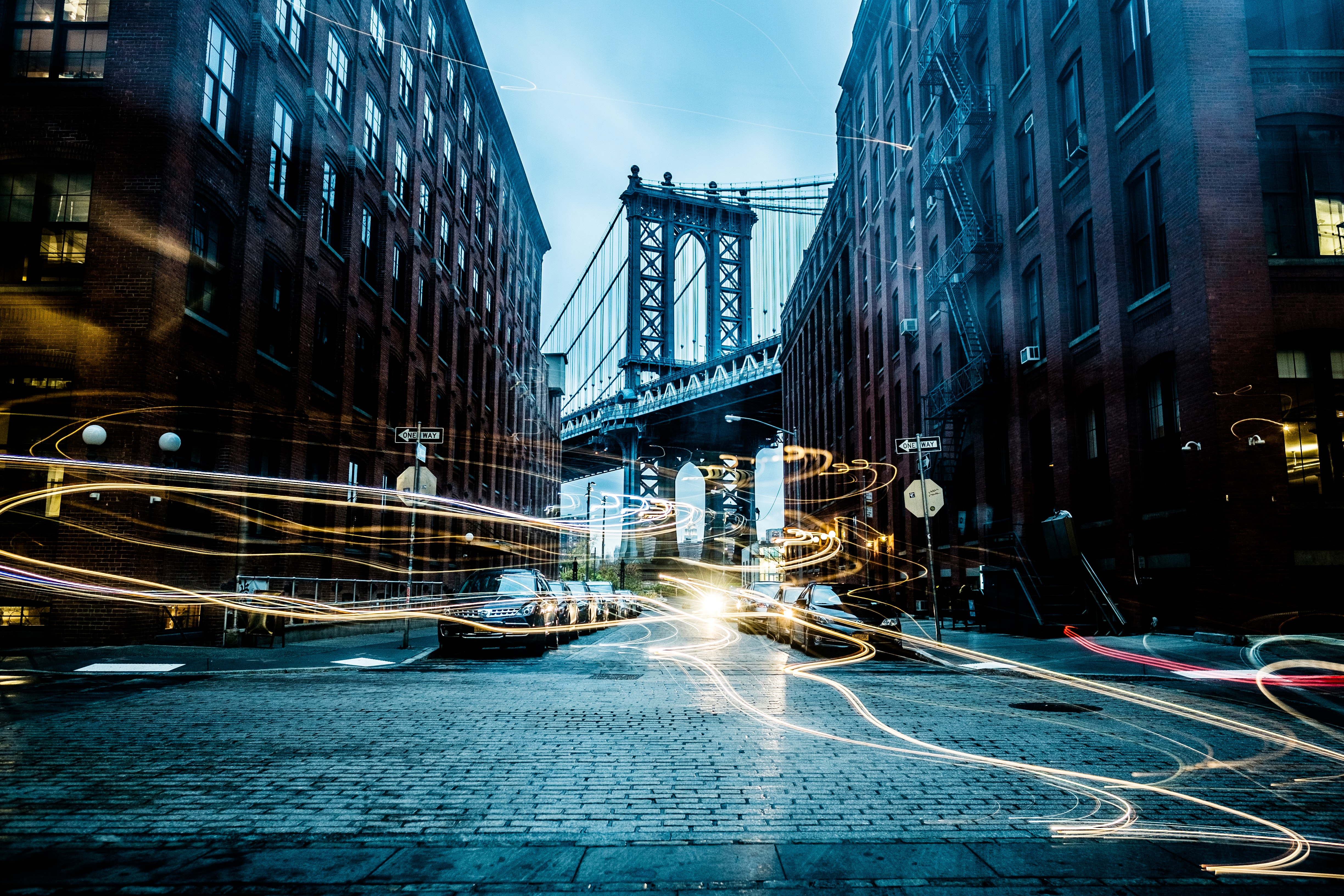 Manhattan Bridge between buildings wallpaper