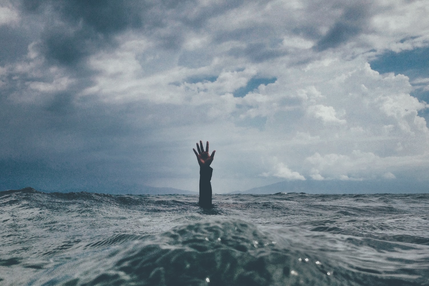 Море и тонущий человек