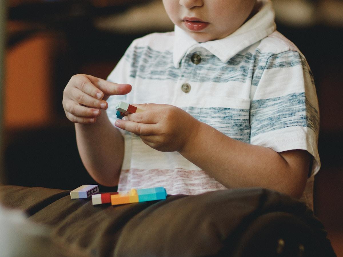 autismo, boy holding block toy
