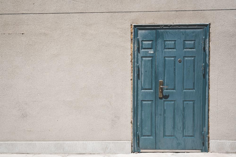 閉じたドアと白い塗られた壁