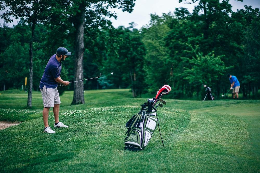 Deux hommes jouent au golf