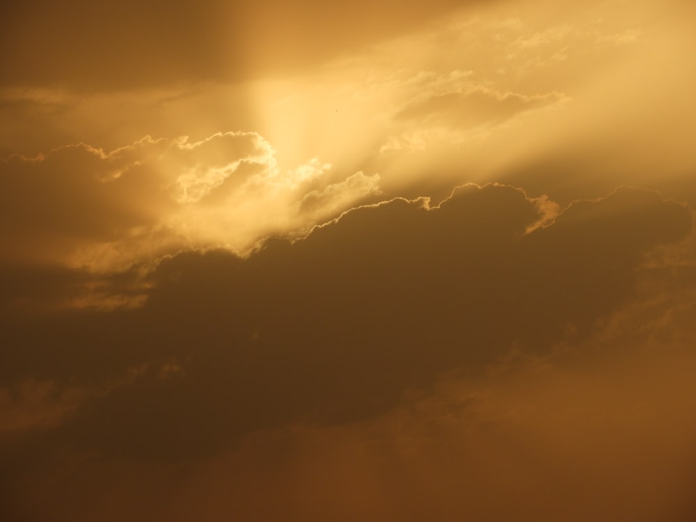 gray clouds with sun rays at daytime