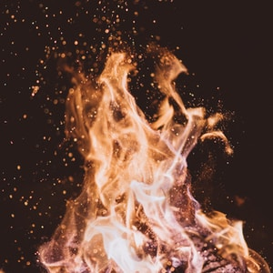 close-up photo of fire at nighttime