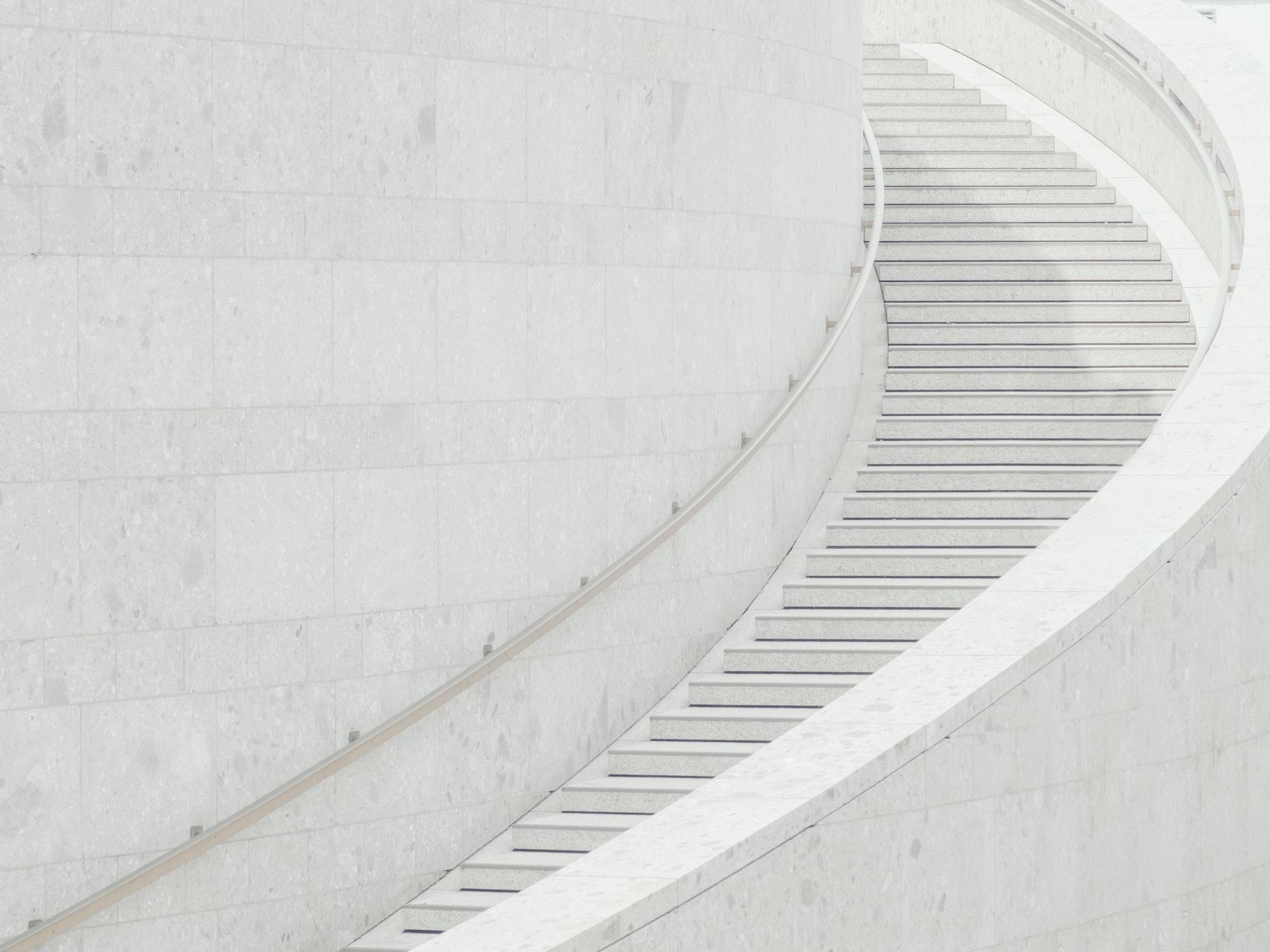 Белая мраморная лестница - минимализм в фотографии
