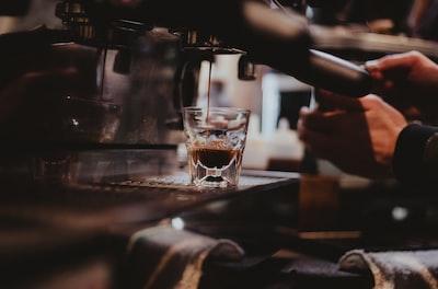 coffe,drip,from,a,coffe,machin,into,a,glass