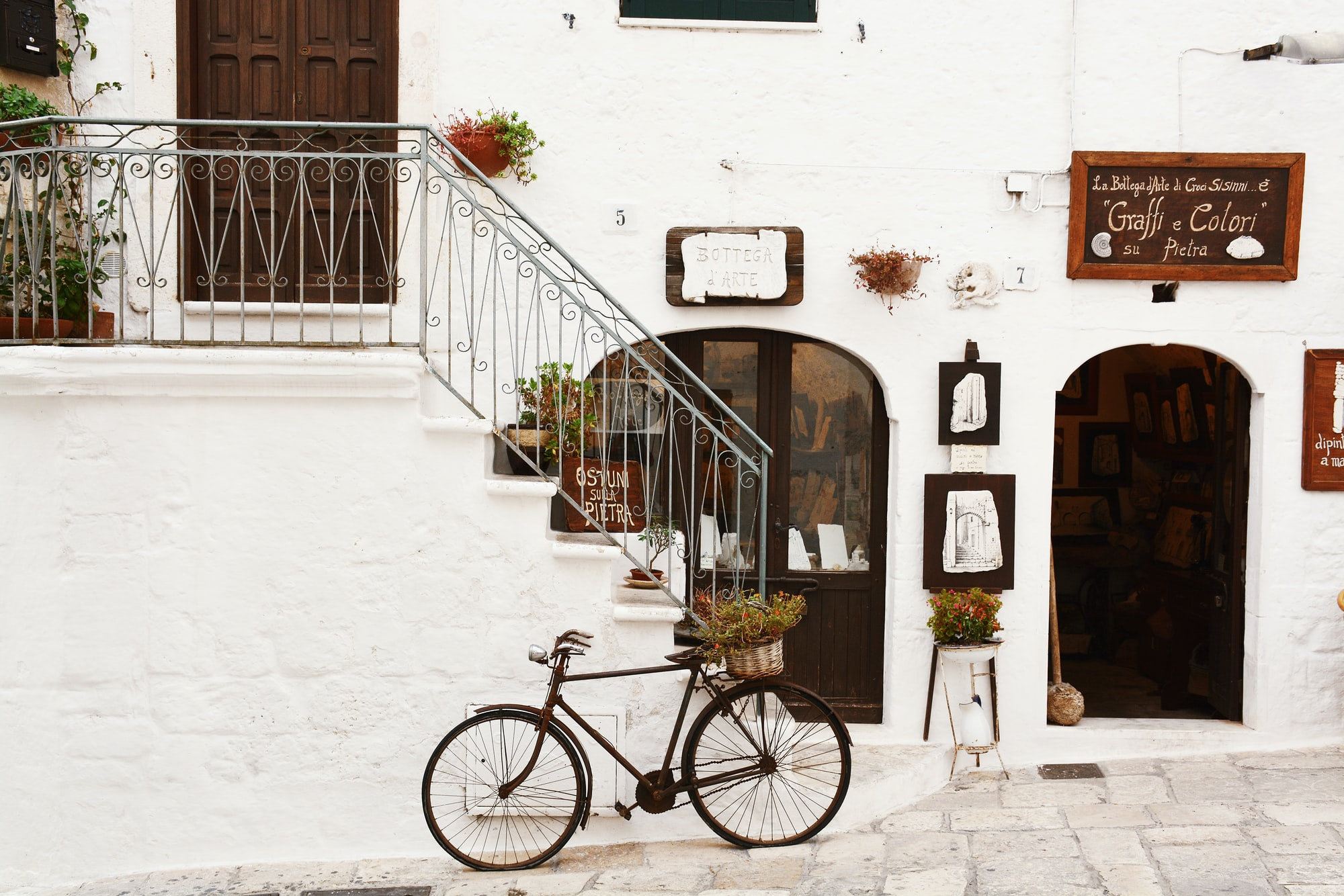 Vintage bike in front of restaurant in Italy