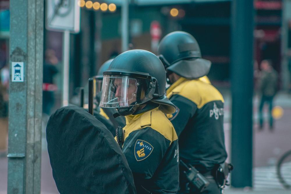ヘルメットをかぶった二人の男