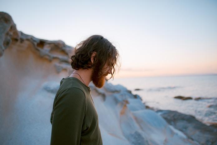 Moški na obali zgodaj zjutraj.