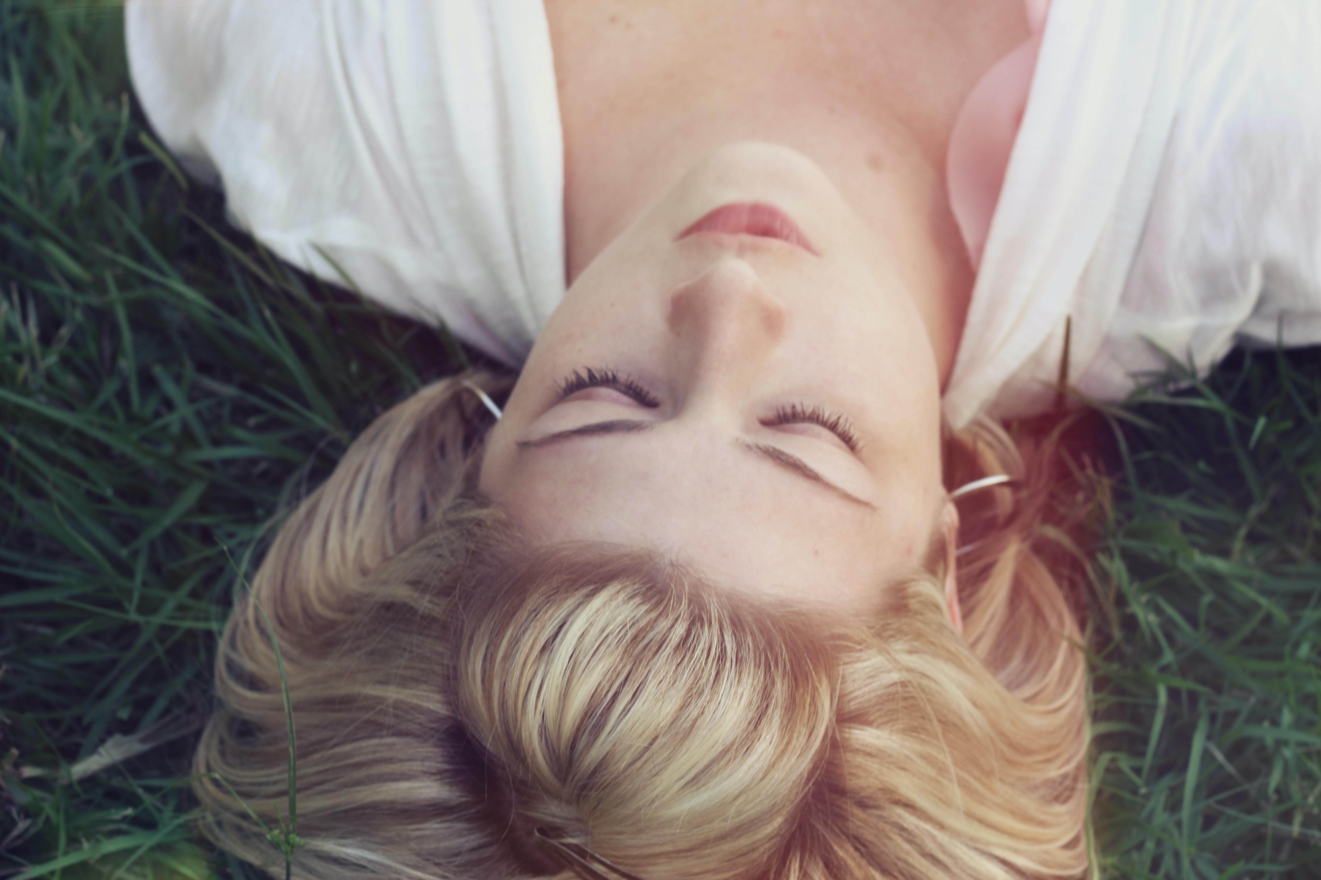 woman lying on green grasses