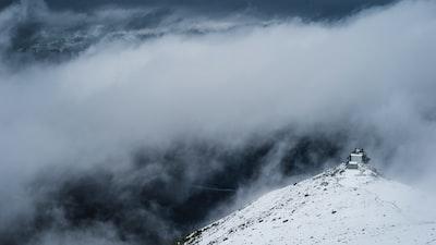 1227. Ködös tájakon