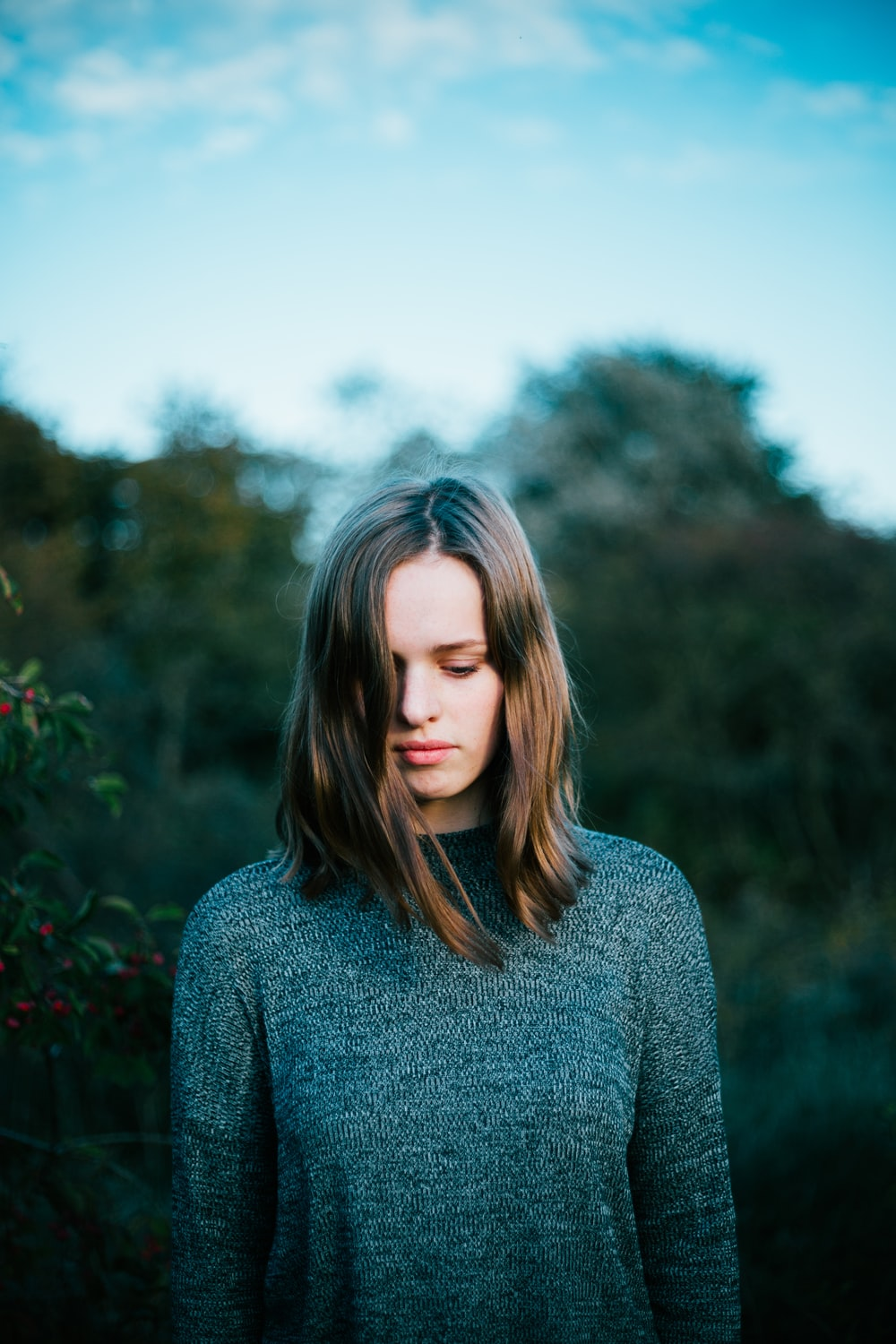 woman wearing gray knitted sweater