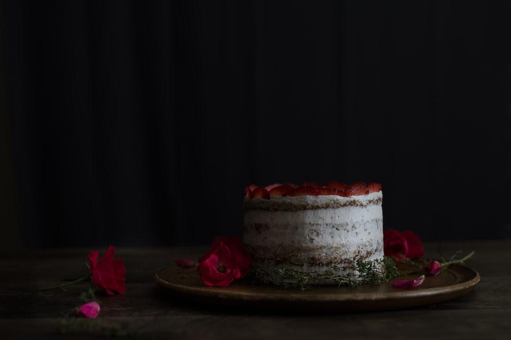 closeup photo of round cake on plate