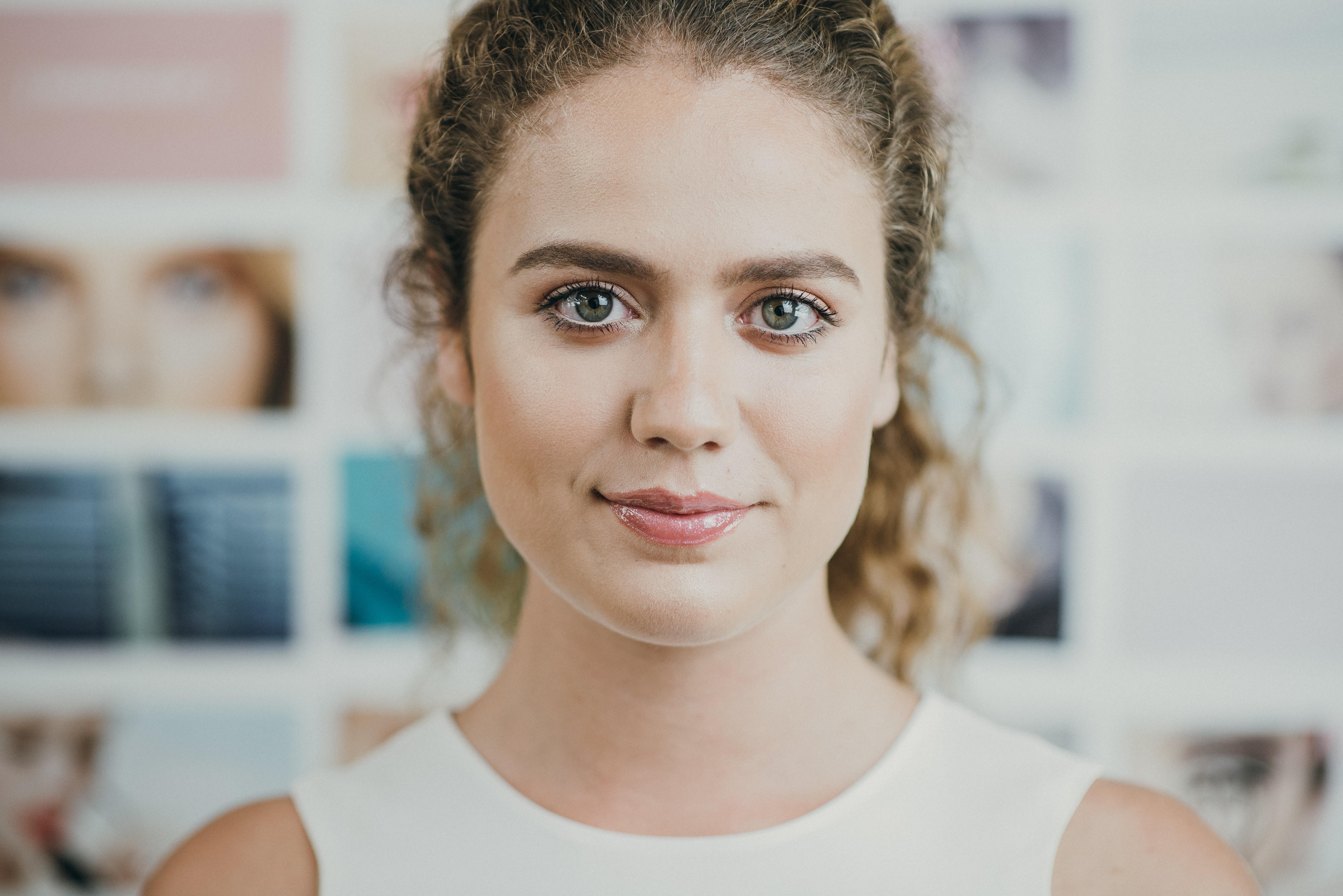 woman wearing white scoop-neck sleeveless topo