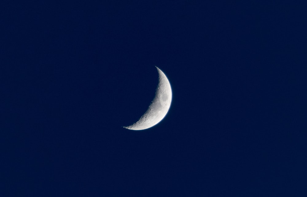 low light photography of crescent moon