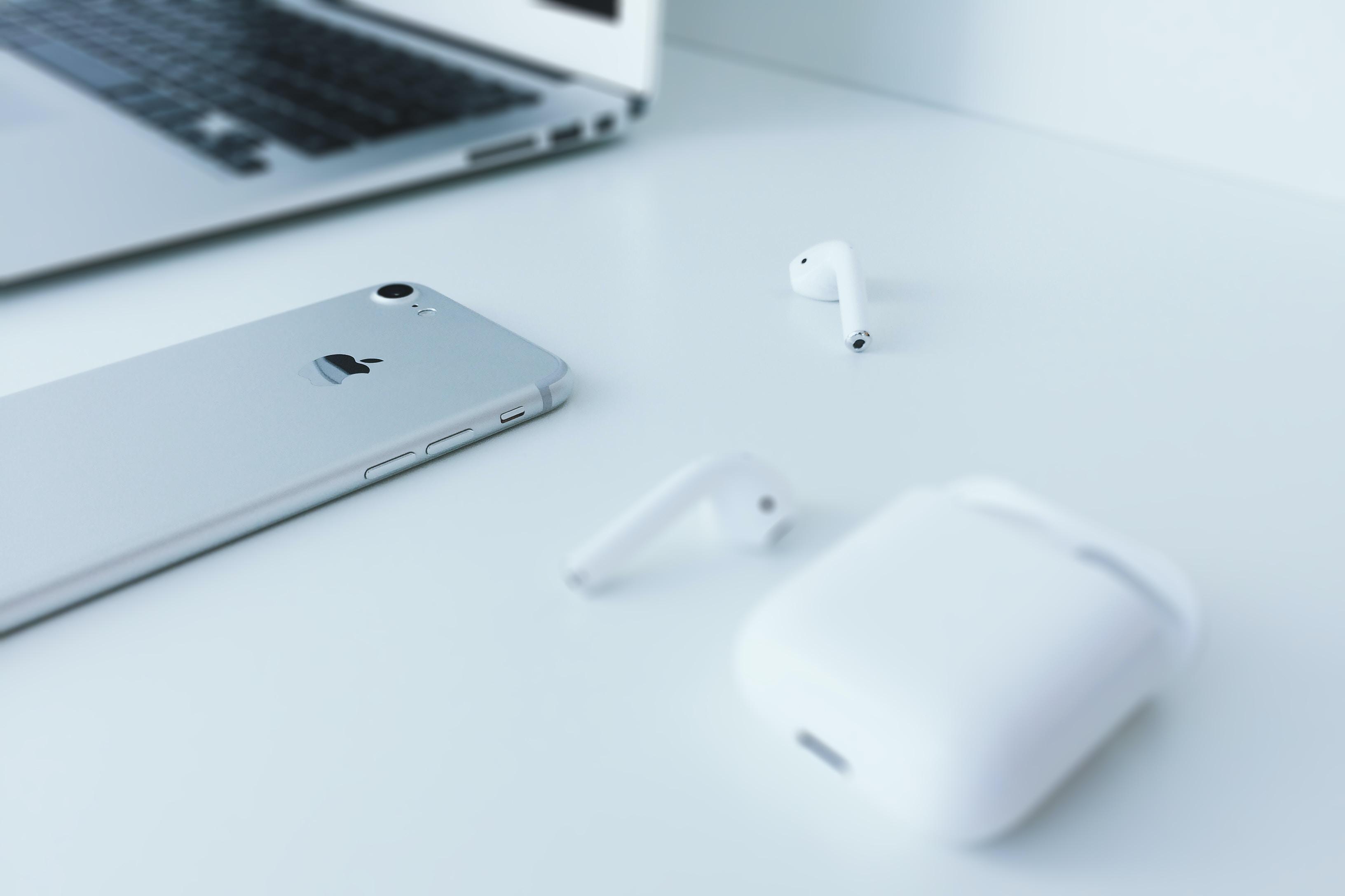 A Macbook computer, Apple wireless earbuds, and an iPhone cellphone in Essen, Nadrenia Północna-Westfalia, Niemcy