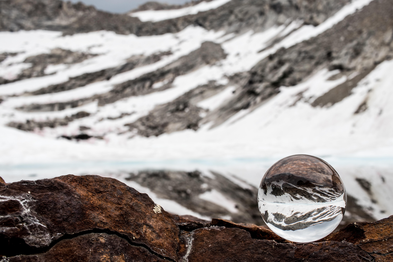 closeup photo of cliff rock
