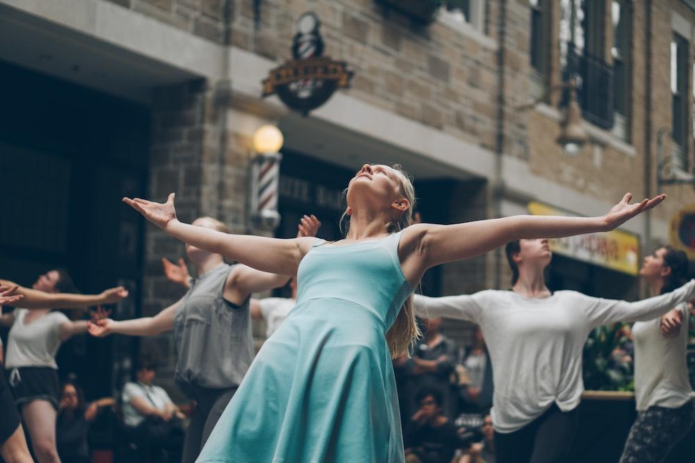 昼間通りで踊る人々