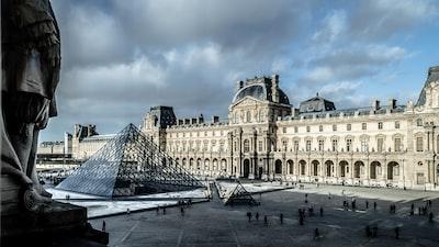 louvre museum, paris da vinci zoom background
