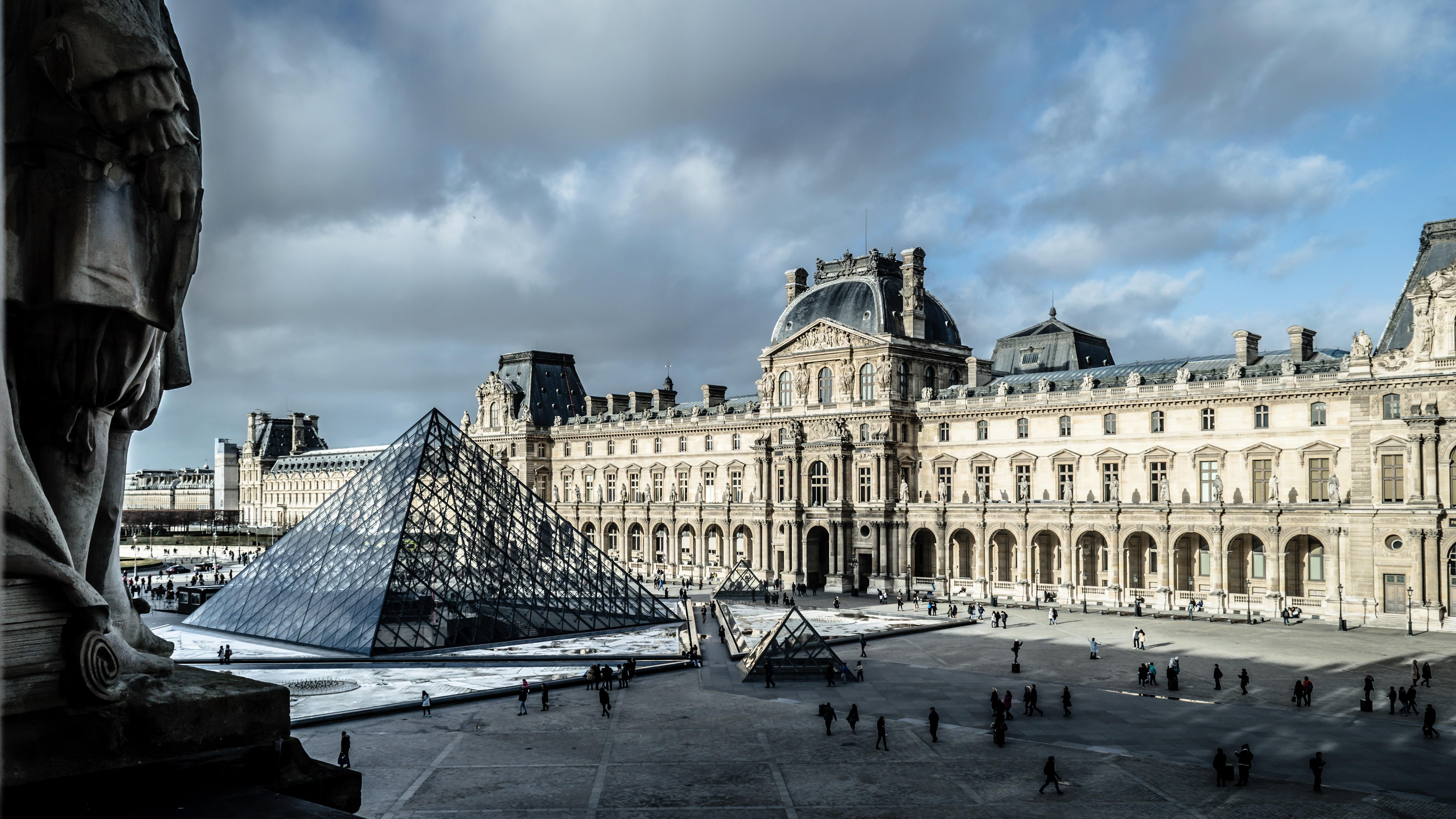 La pirámide de I. M. Pei, Le Grande Louvre, pretende ser un puente entre la arquitectura clásica y la nueva escuela