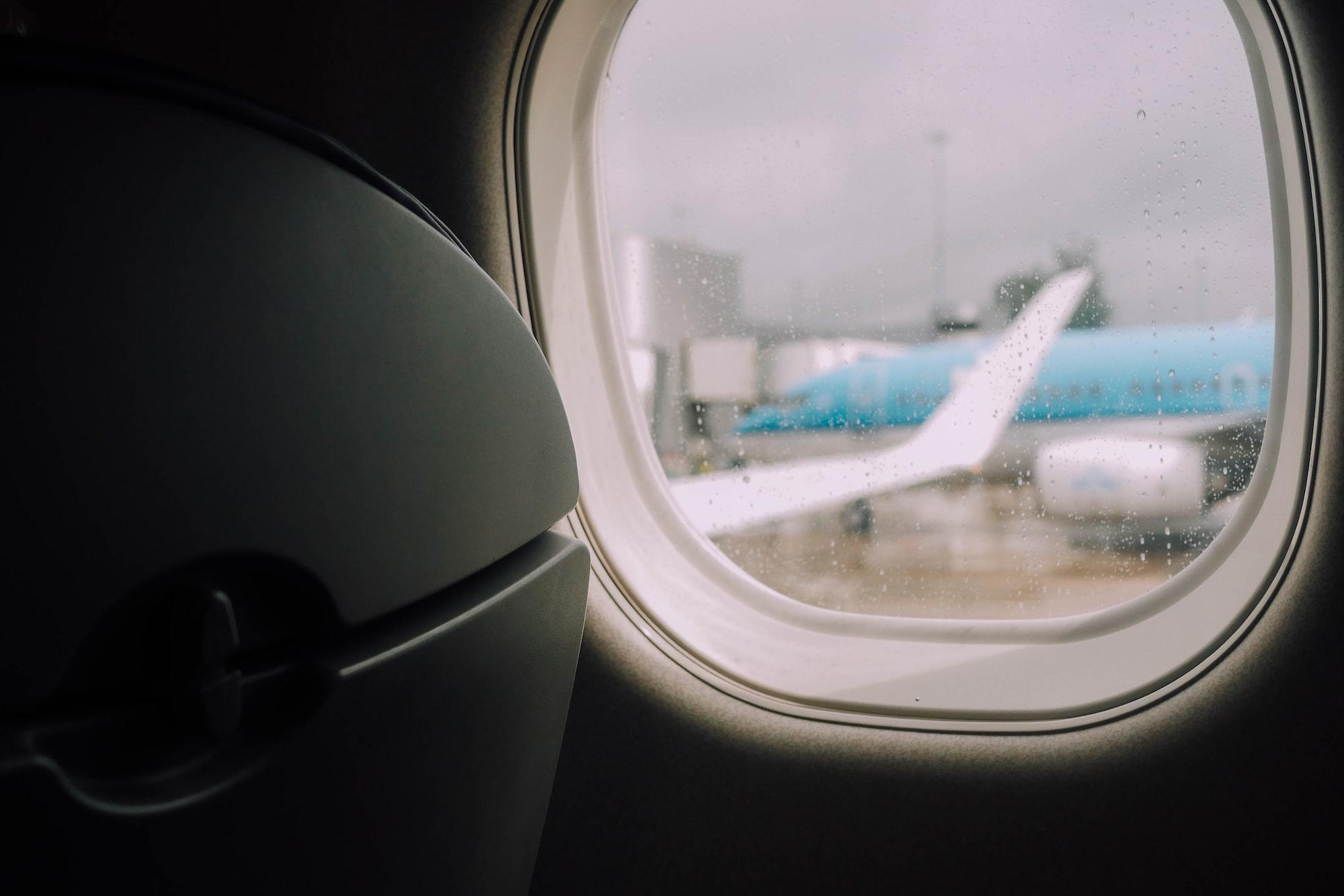 Avion à travers le hublot d'un avion