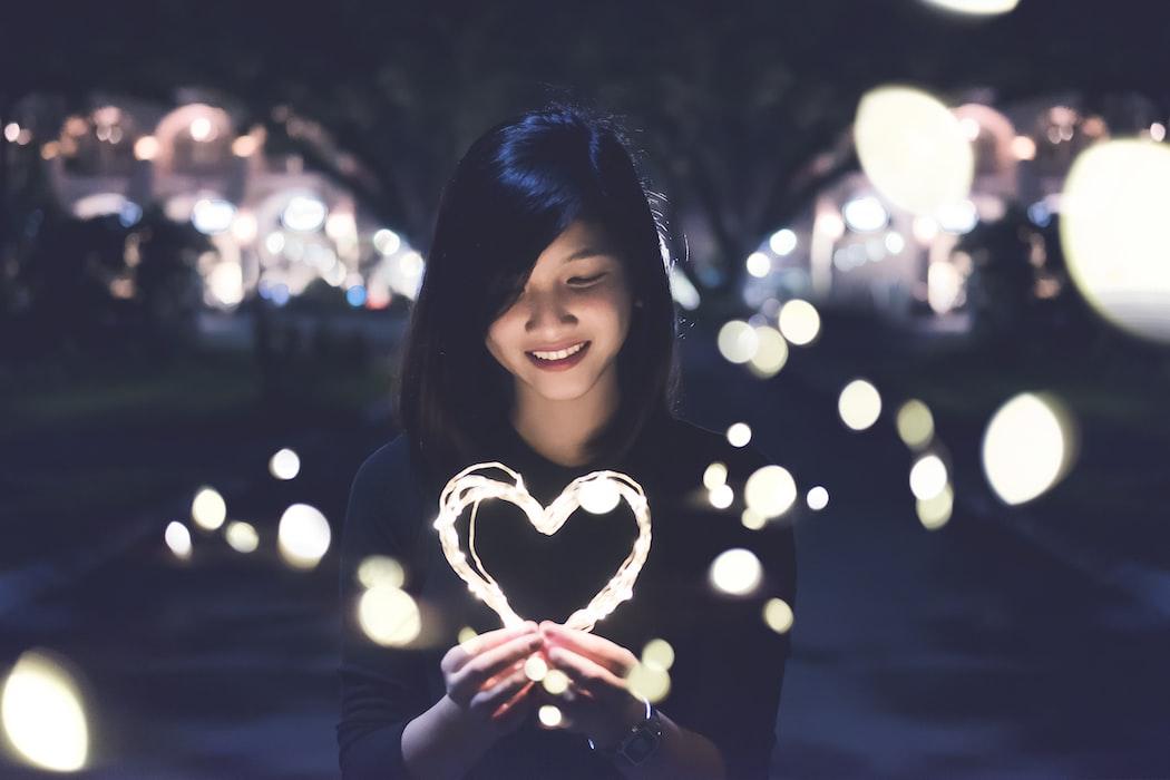 Ragazza con luce a forma di cuore