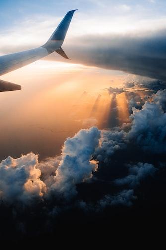 Coucher de soleil pris par le hublot d'un avion