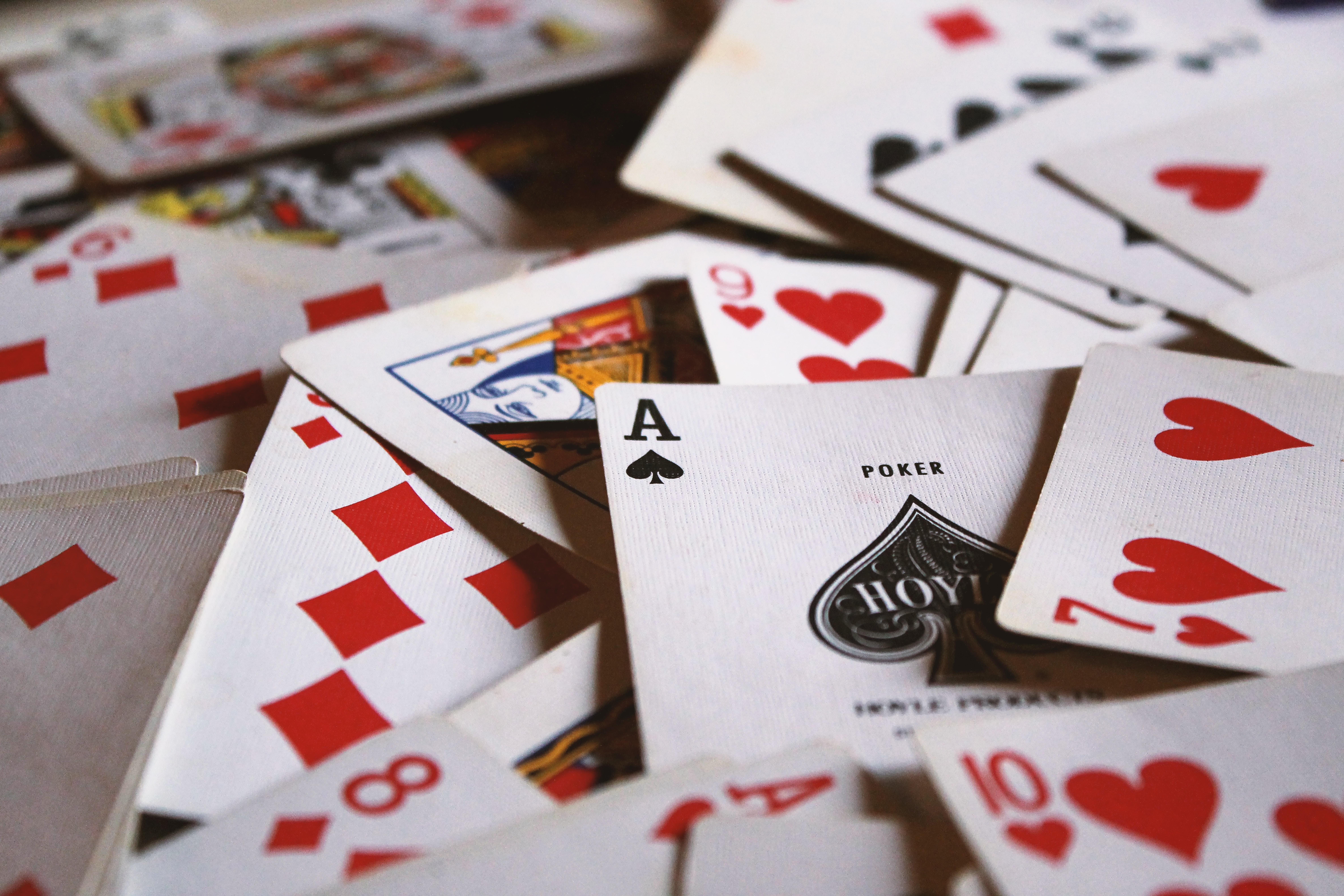 Spielkarten am Boden