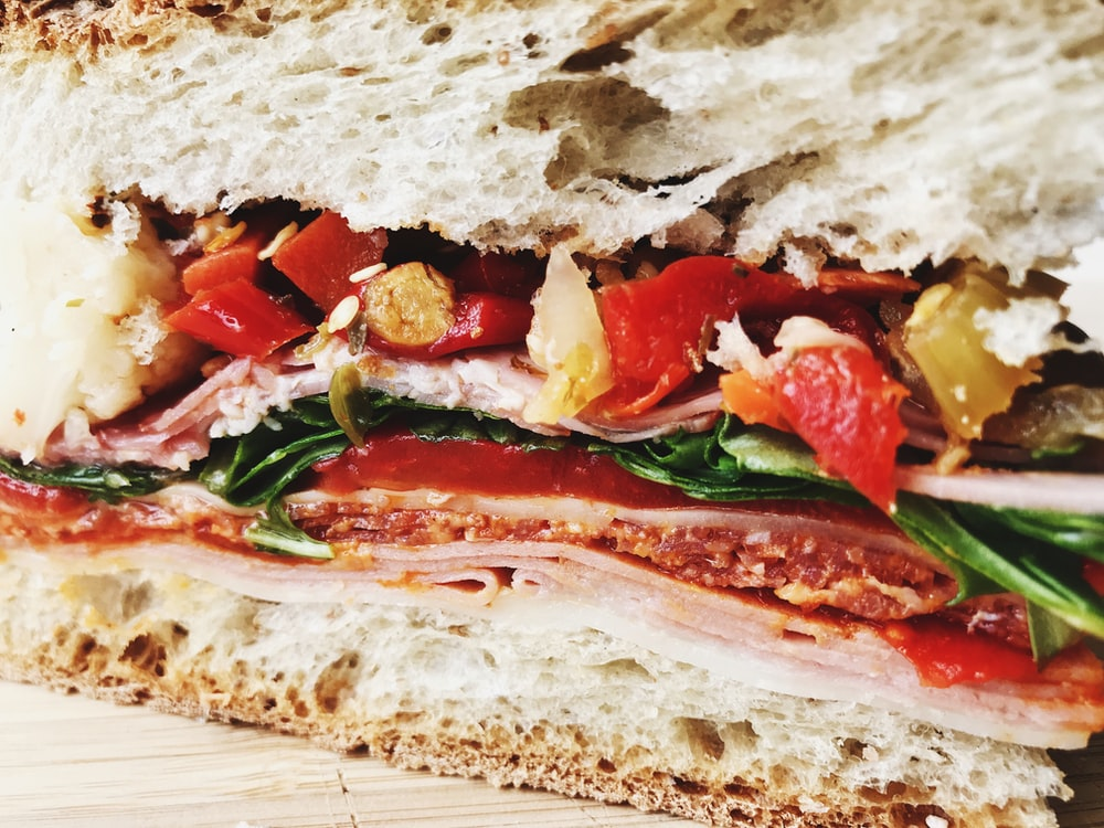 close photography of sandwich with vegetables and sauce