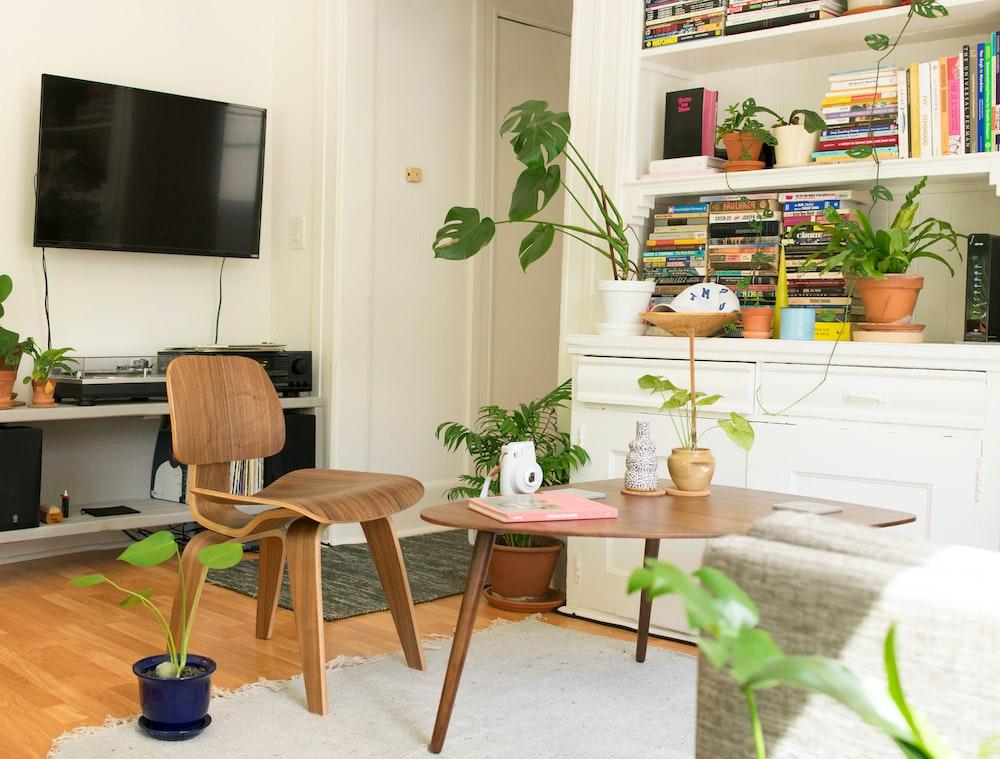 ديكور طاولة خشبية