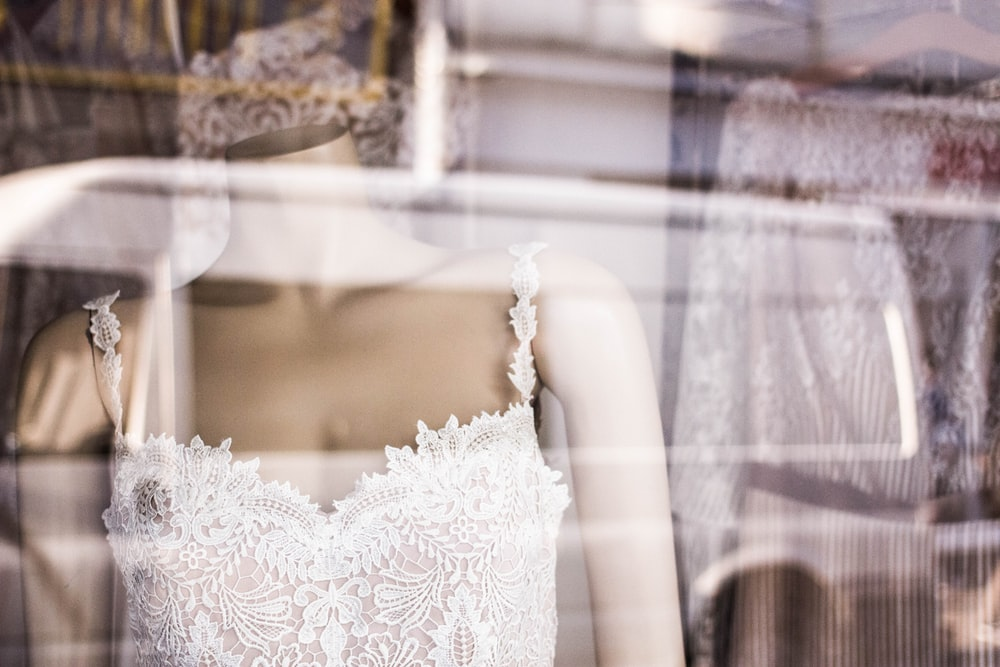 Mannequin pictures download free images on unsplash for Wedding dress display at home