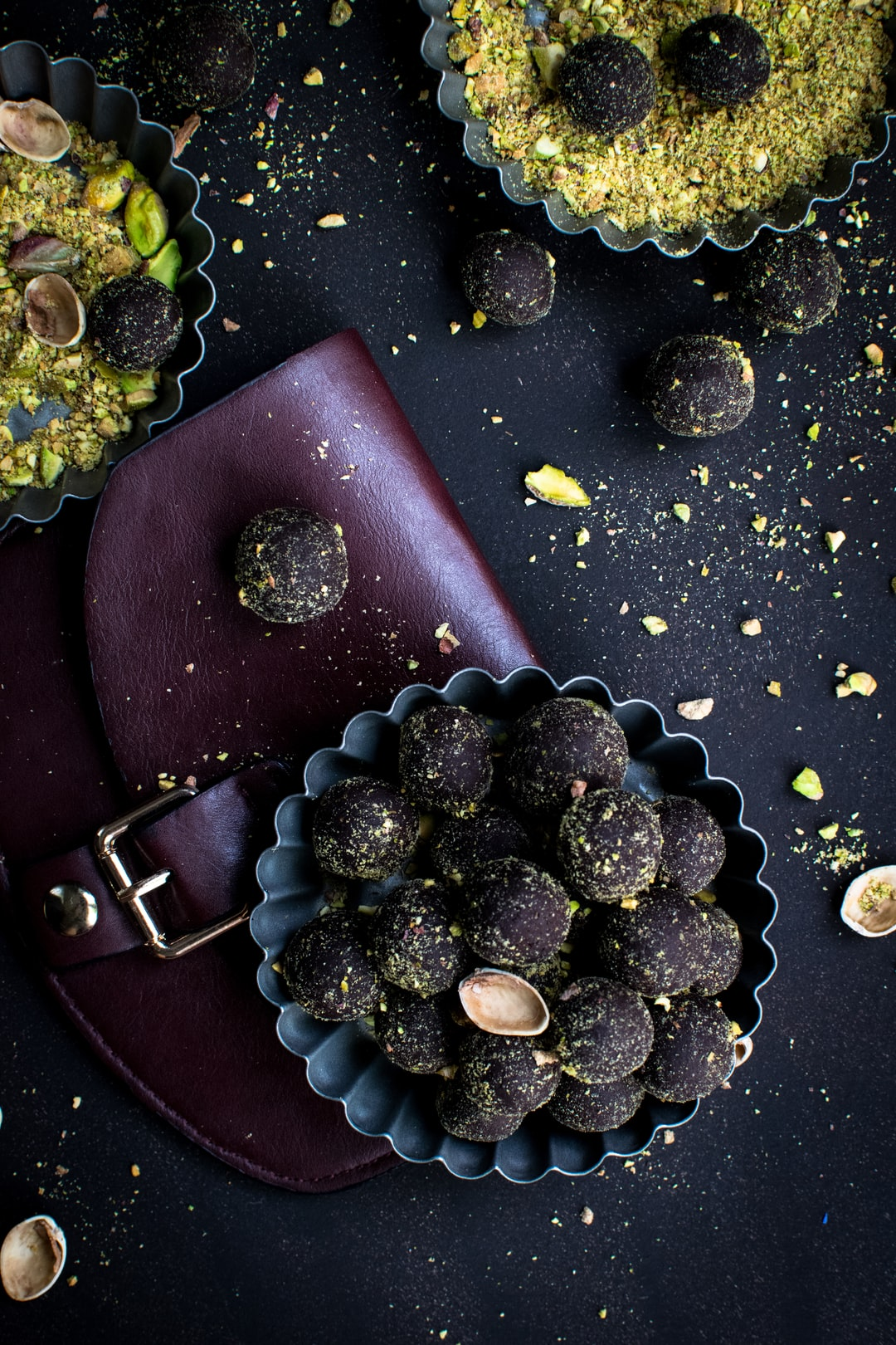 Dark chocolate pralines with pistachios