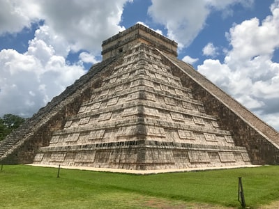 chichen itza mayan pyramid teams background