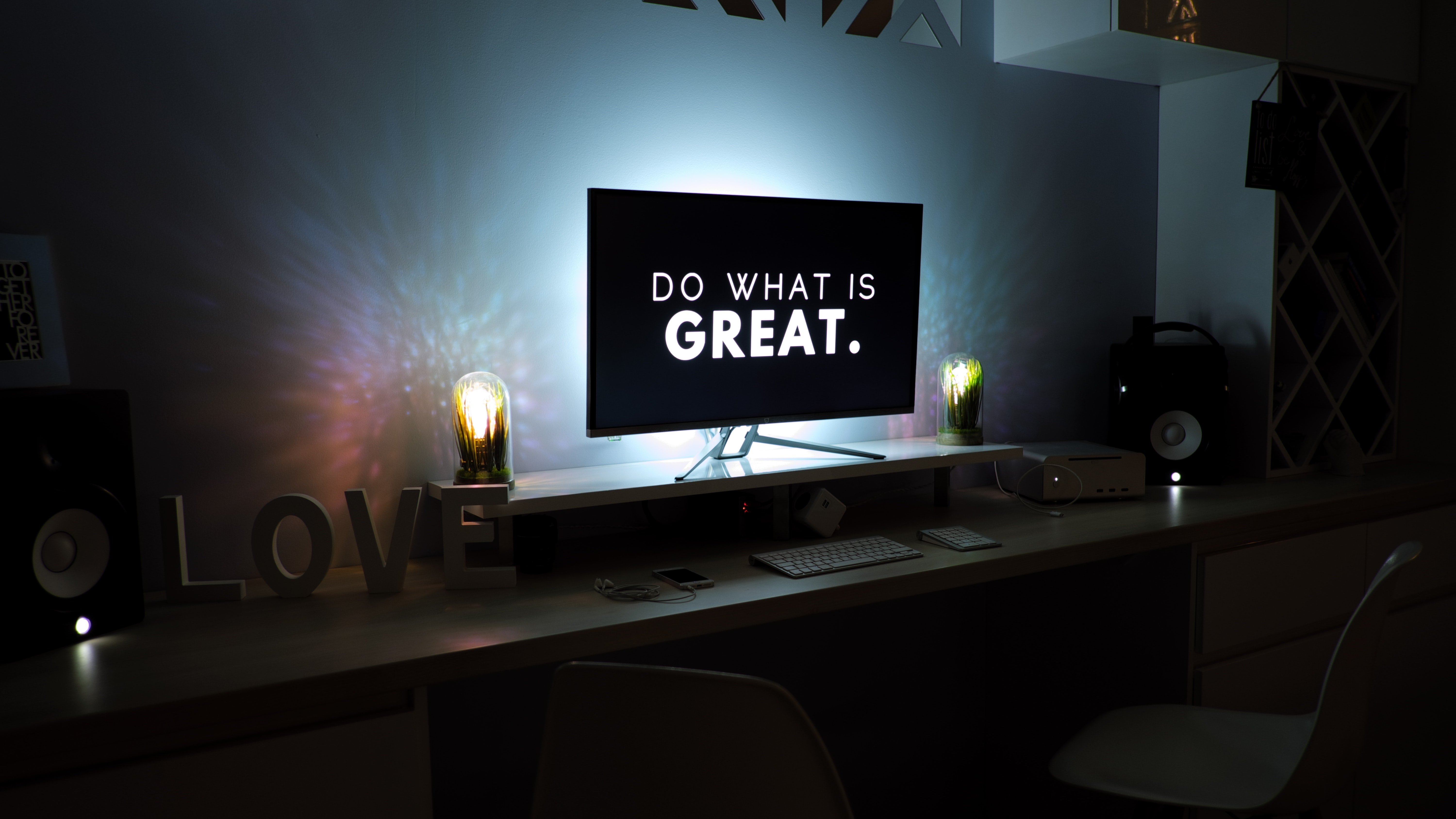 Do what is great, written on a computer monitor.