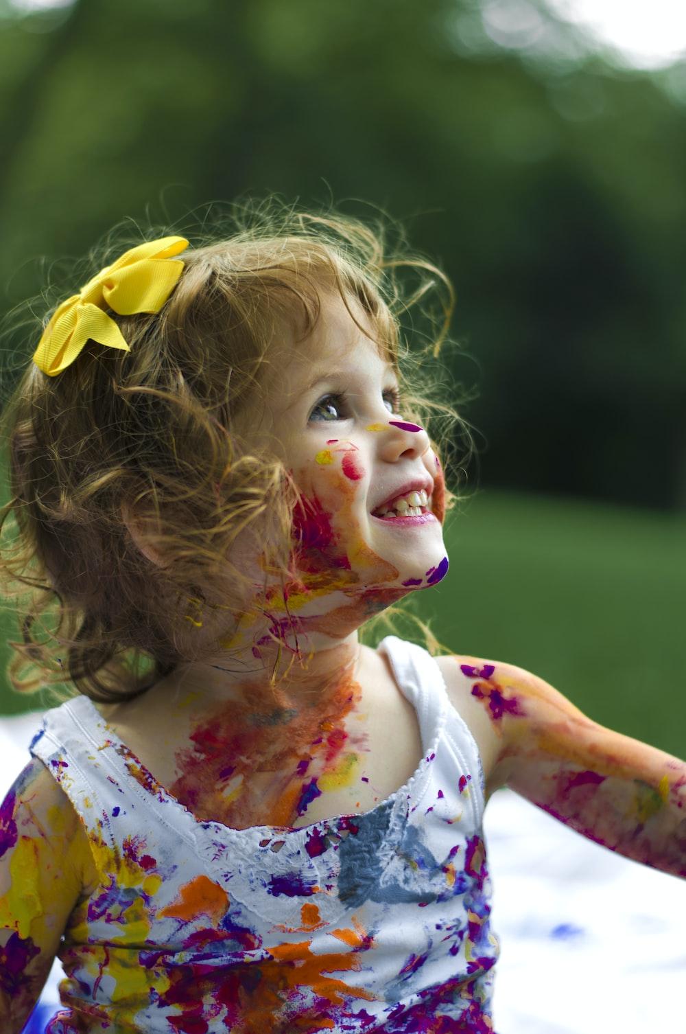 menina com pintura de corpo