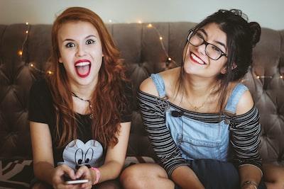 友達同士の女性2人の写真