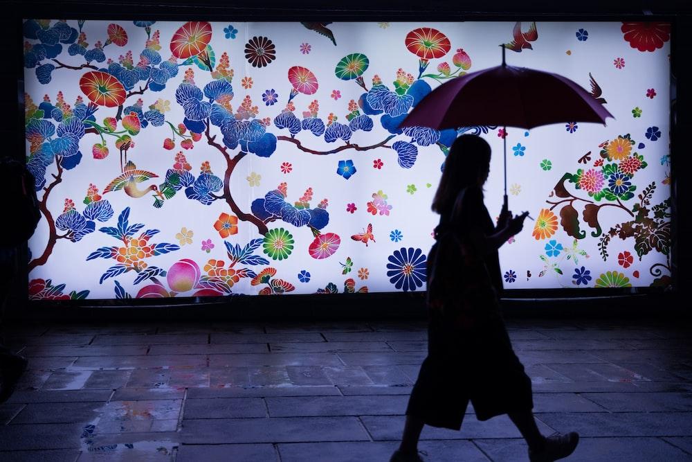 傘を保持している男のシルエット
