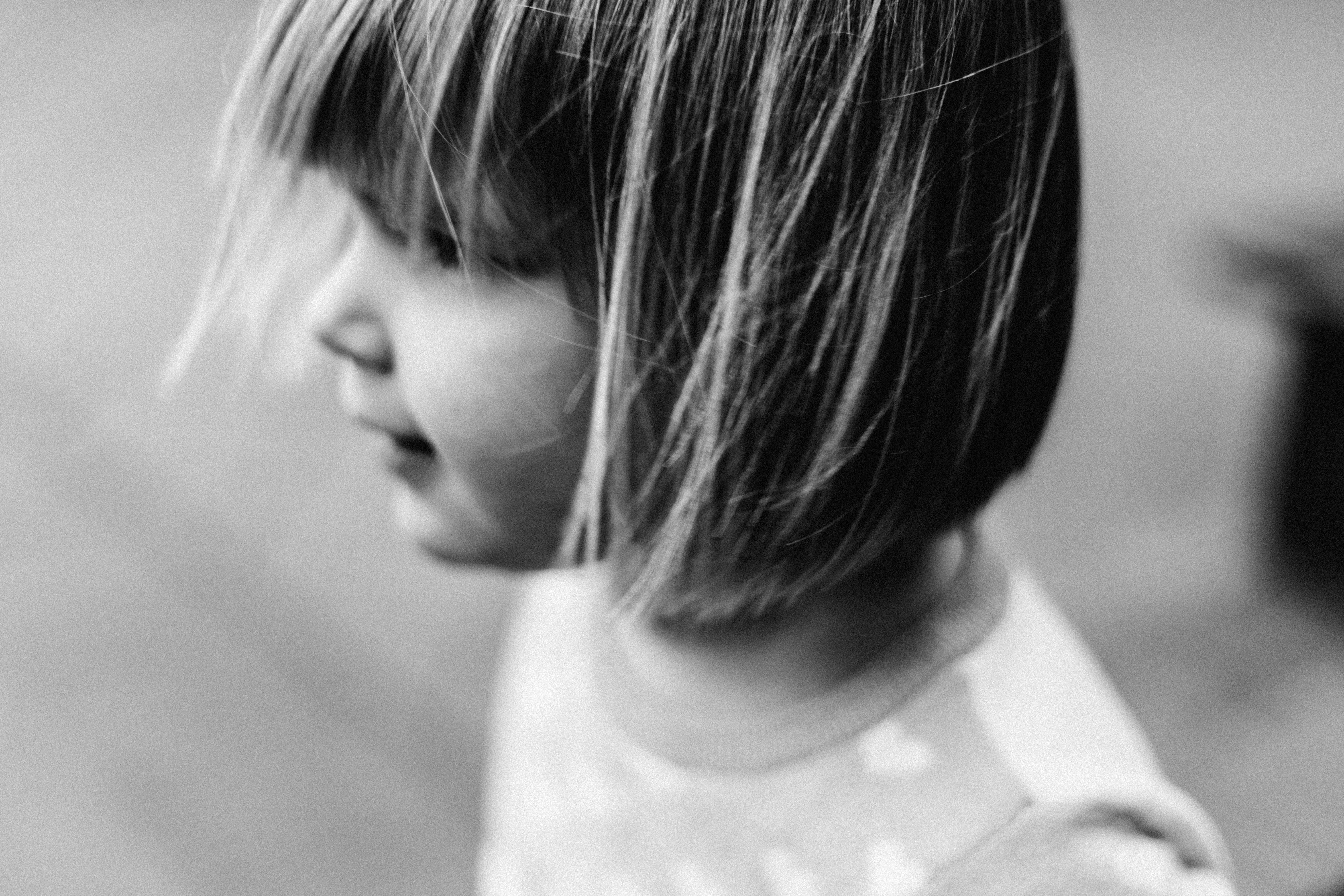 photo of girl wearing gray crew-neck shirt