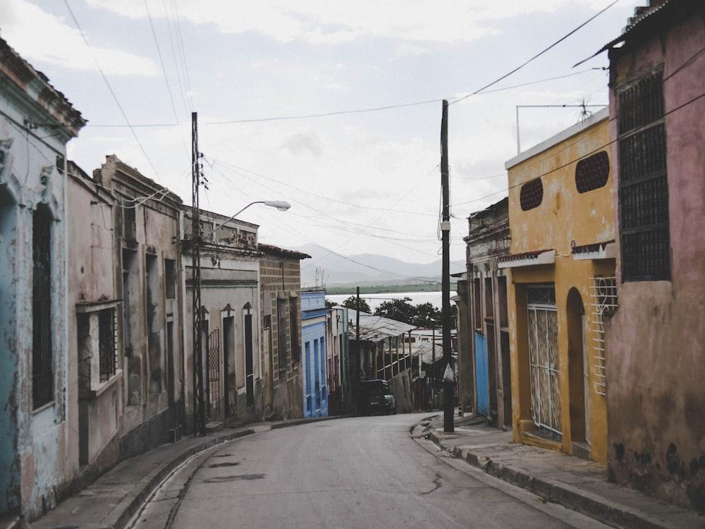 road between concrete houses
