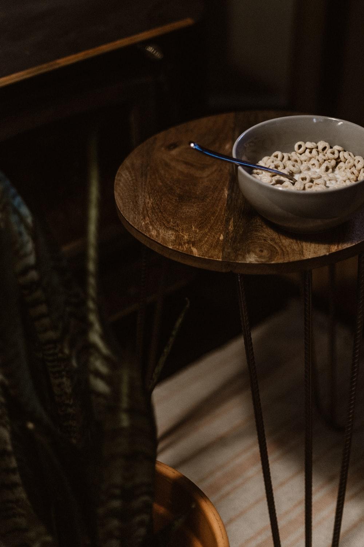 cereals-filled gray ceramic bowl